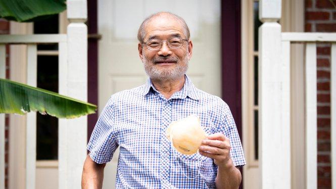 Tiến sĩ Peter Tsai và khẩu trang N95. Ảnh: Knoxx News