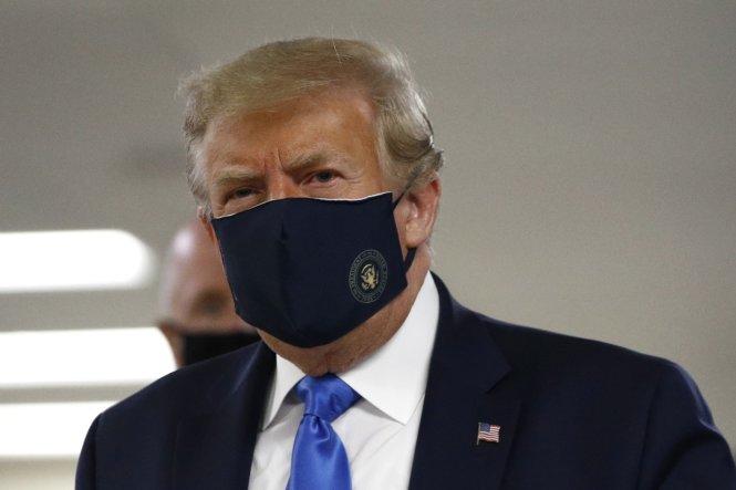 Sau nhiều tháng từ chối, cuối cùng ông Trump cũng đã chịu đeo khẩu trang. Ảnh: AP