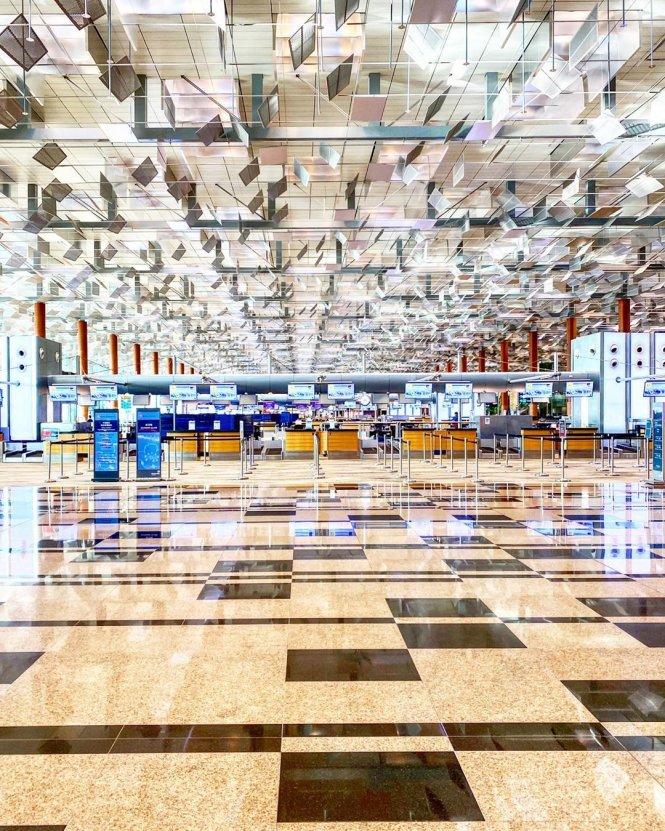 Sân bay Changi bình thường tấp nập ở Singapore nay vắng lặng vì dịch bệnh. Ảnh: mustsharenews.com