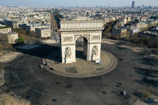Cổng Khải Hoàn môn ở Paris vắng lặng trong dịch bệnh COVID-19. Ảnh: REUTERS