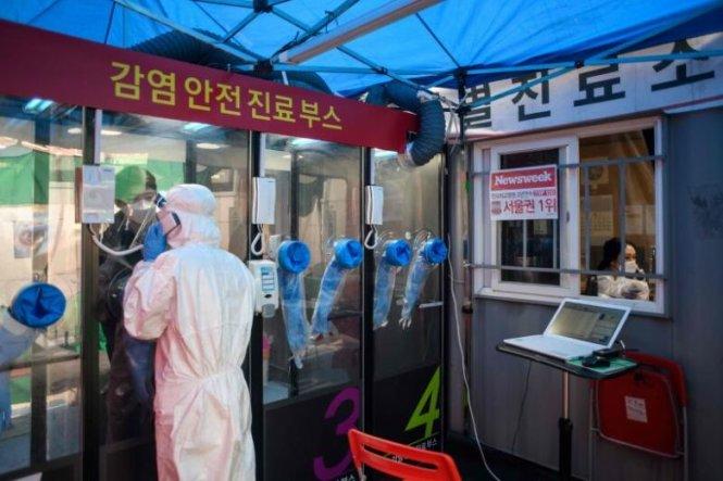 Một buồng lấy mẫu ở Hàn Quốc. Ảnh: AFP