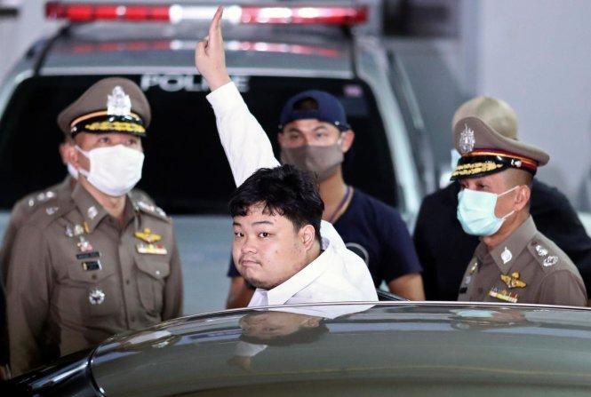 Thủ lĩnh phong trào sinh viên tranh đấu Parit Chiwarak bị cảnh sát dẫn đi. Ảnh: Reuters