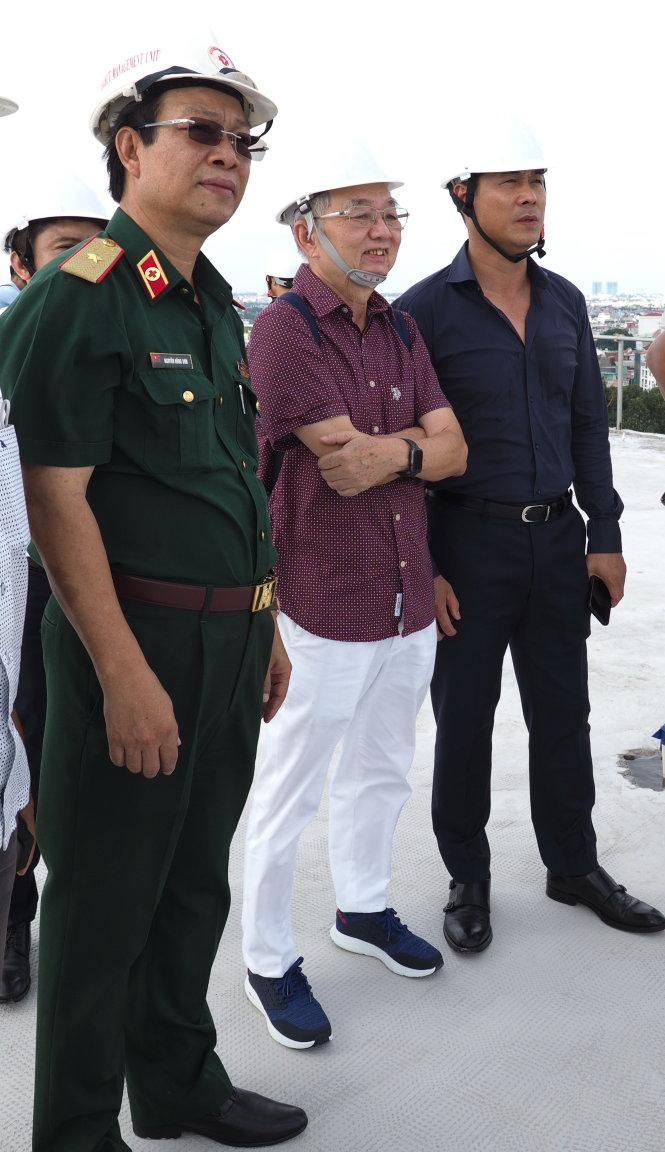 Thiếu tướng Nguyễn Hồng Sơn, ông Vũ Công Lập và cựu tuyển thủ Nguyễn Hữu Thắng tham quan công trình xây dựng bệnh viện 1.000 phòng trong Quân y viện 175