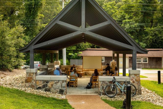 Học đại học ở Mỹ thời giãn cách: Từ học trong lều đến bảo vệ tối đa