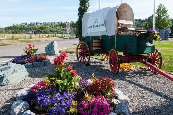 Các khu cắm trại thường trang trí một toa xe ngựa trước cổng chào như một biểu tượng ngành nghề