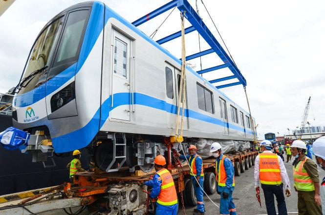 Các toa tàu đầu tiên của tuyến metro số 1 Bến Thành - Suối Tiên cập cảng Khánh Hội, TP.HCM sáng 8-10. Ảnh: QUANG ĐỊNH