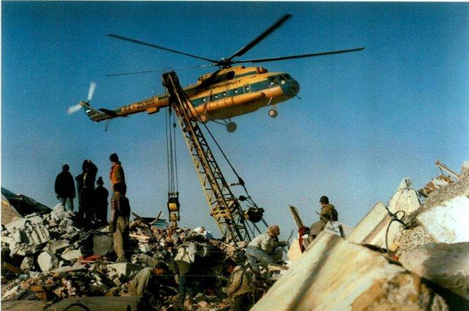 Trực thăng của MCS tham gia cứu hộ động đất tại Sakhalin năm 1995. Ảnh: Reuters