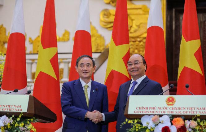 Thủ tướng Việt Nam Nguyễn Xuân Phúc (phải) và Thủ tướng Nhật Bản Yoshihide Suga. Ảnh: Việt Dũng