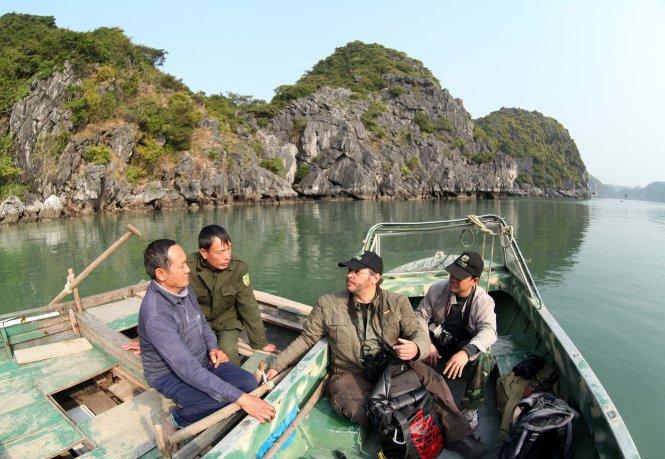 Ông Neahga Leonard (thứ 3 từ trái qua) trong một chuyến đi thực địa. Ảnh: Bui Lam Khanh