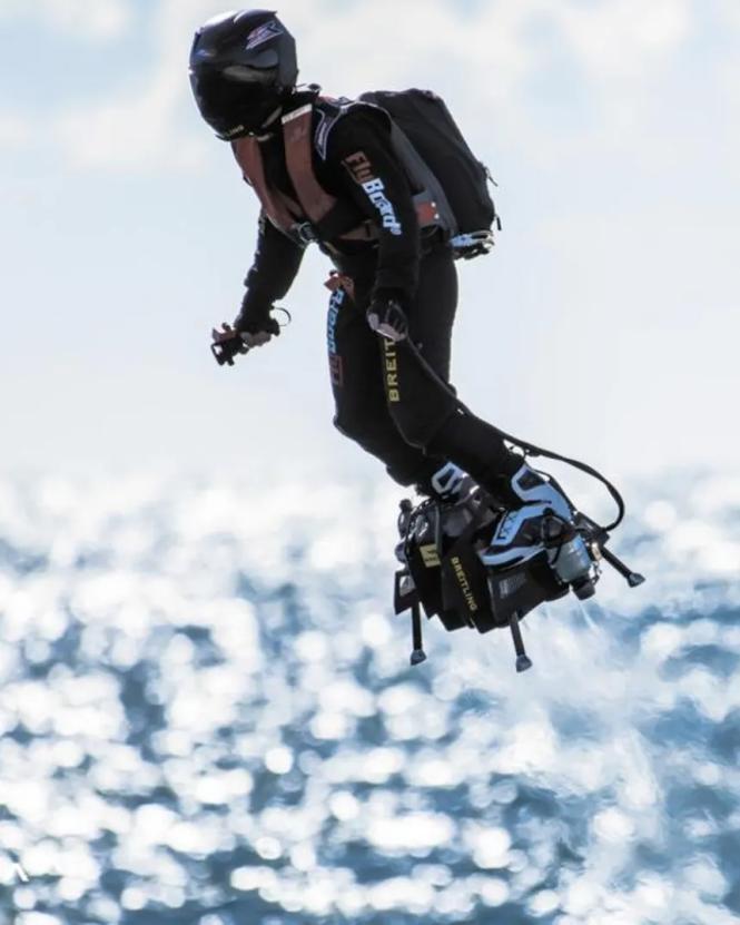 Franky Zapata và ván bay Flyboard Air. -Ảnh: Zapata