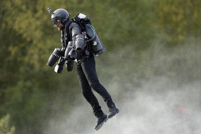 """""""Người sắt"""" Richard Browning trong bộ đồ bay do chính ông thiết kế. Ảnh: AP"""