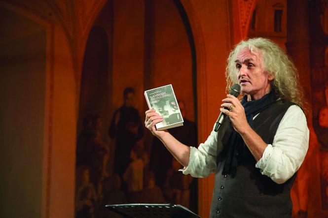 Gorgio Personelli - giám đốc nghệ thuật của Fiato ai Libri - đọc tại Cà phê sách Spazio Terzo Mondo.-Ảnh: Mauro Veggiato