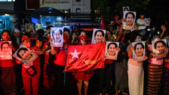 Bà Aung San Suu Kyi vẫn hết sức được lòng quần chúng Myanmar. Ảnh: The New York Times