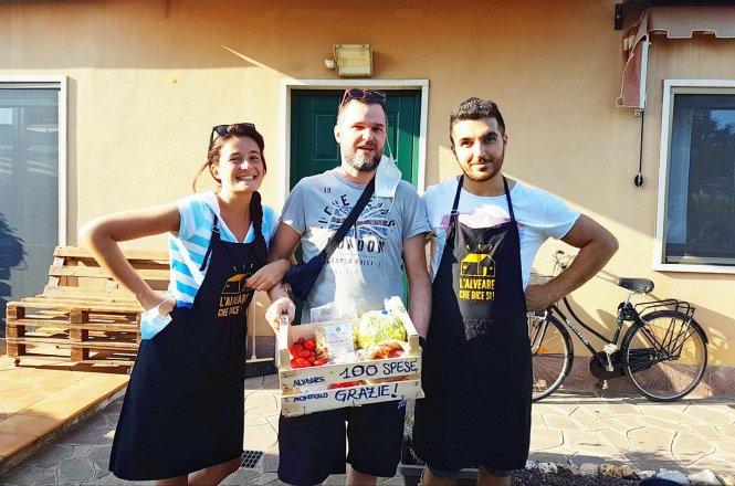Sissi Bellinghieri (bìa trái), quản lý chi nhánh Alveare Montello, trao hàng và quà thưởng cho lần mua sắm thứ 100. Ảnh: Liên Hương