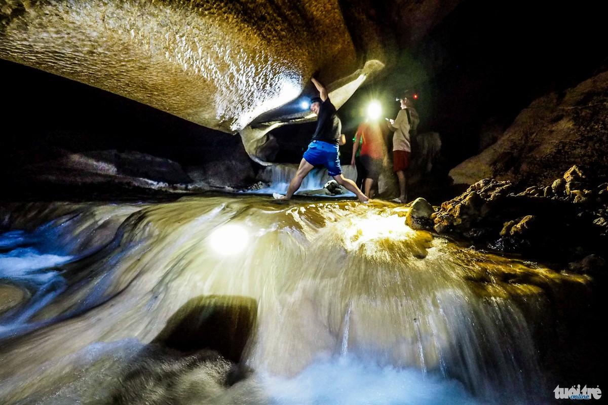 Sau những trận mưa, nước từ các vách núi chảy xuống lòng hang khá xiết -  Ảnh: Nguyễn Khánh