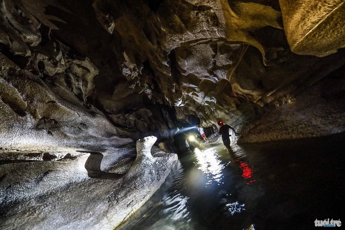 Nguồn nước trong hang Thẳm Phầy hay còn gọi là Hang Lửa là nguồn nước dự trữ khá lớn đối với người dân địa phương -  Ảnh: Nguyễn Khánh