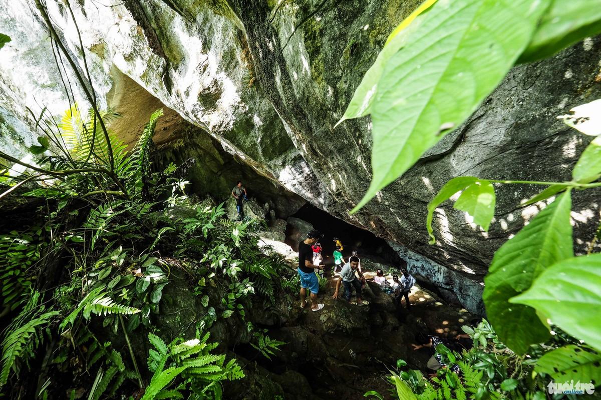 Lối vào hang Thẳm Phầy nhìn từ cửa hang -  Ảnh: Nguyễn Khánh