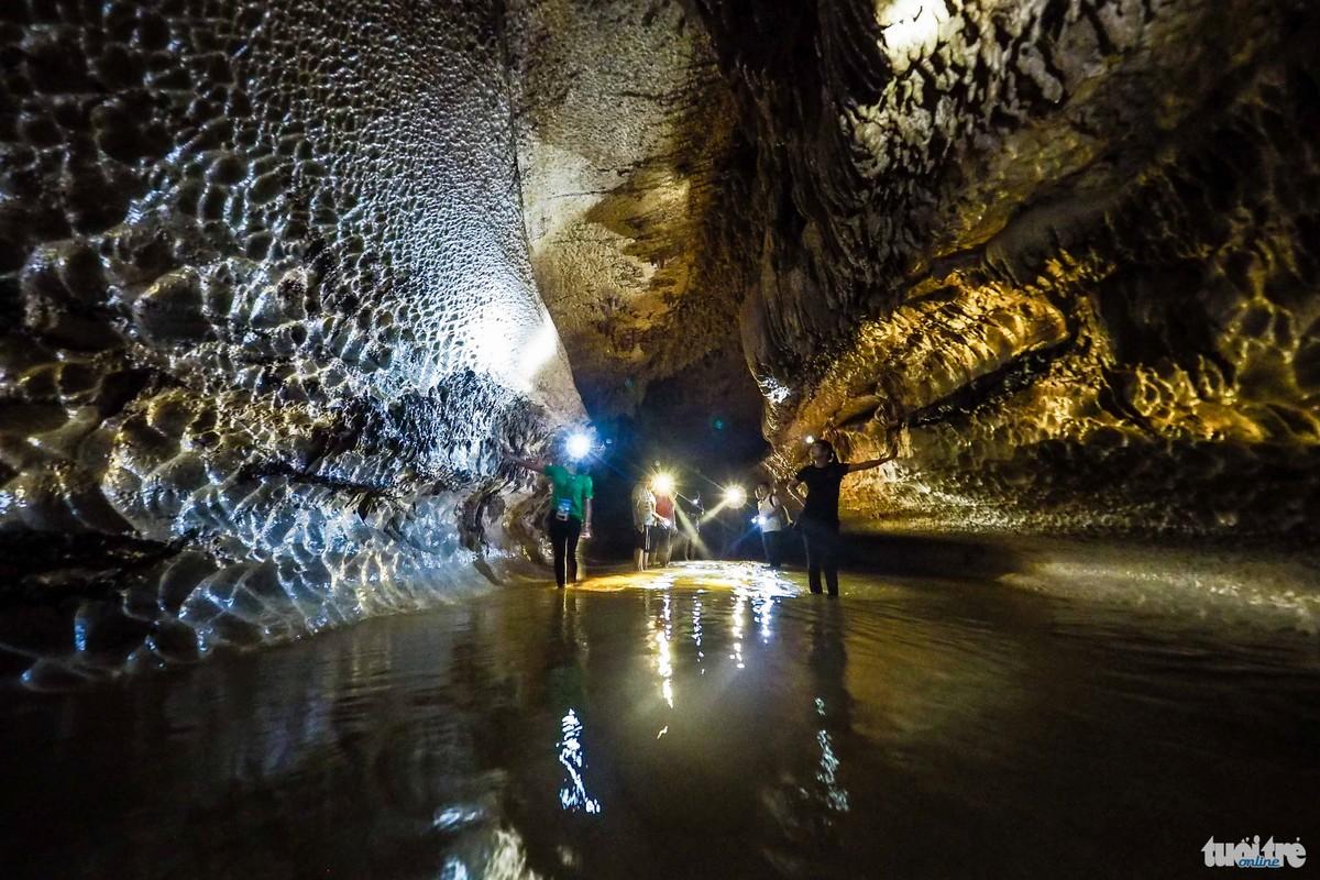 Trần hang khu vực cao nhất khoảng 20m -  Ảnh: Nguyễn Khánh