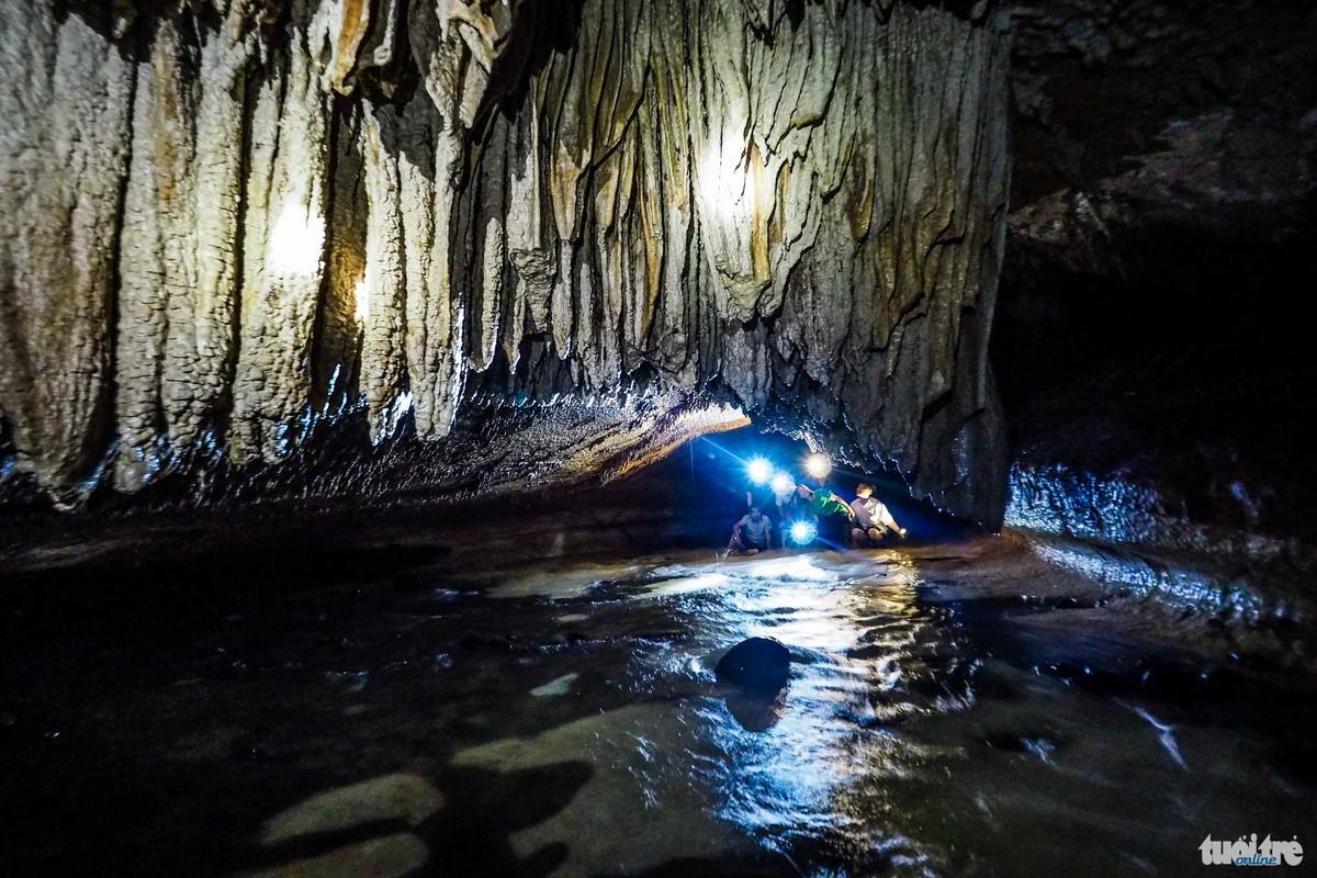 Những măng đá xếp lên nhau kéo dài từ trần hang đâm xuống phía dưới -  Ảnh: Nguyễn Khánh