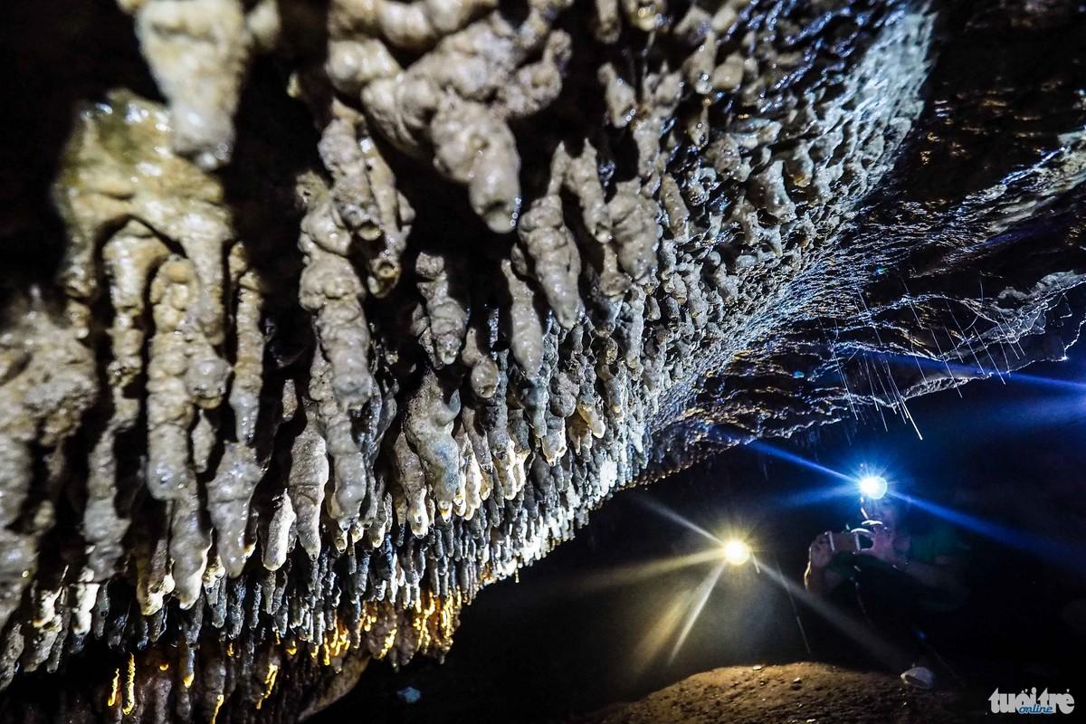 Những măng đá nhỏ đang trong quá trình kiến tạo, quá trình này có thể kéo dài hàng nghìn năm -  Ảnh: Nguyễn Khánh