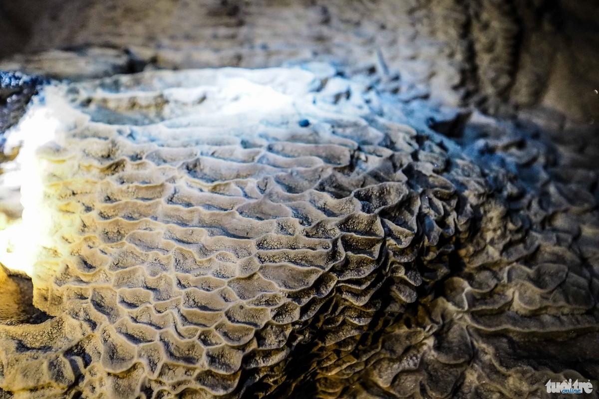 Những vân đá uốn lượn do tác động của dòng nước xói mòn -  Ảnh: Nguyễn Khánh