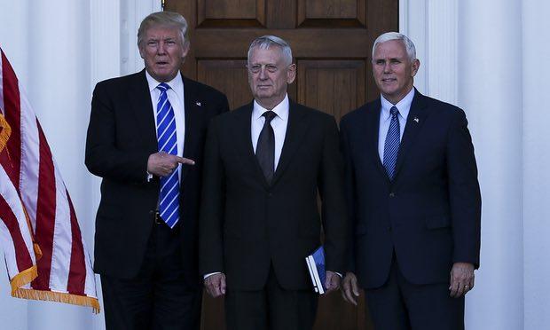 Ông Trump và phó tướng Mike Pence chụp hình cùng tướng James Mattis sau một cuộc họp ở Bedminster, New Jersey -ảnh: UPI