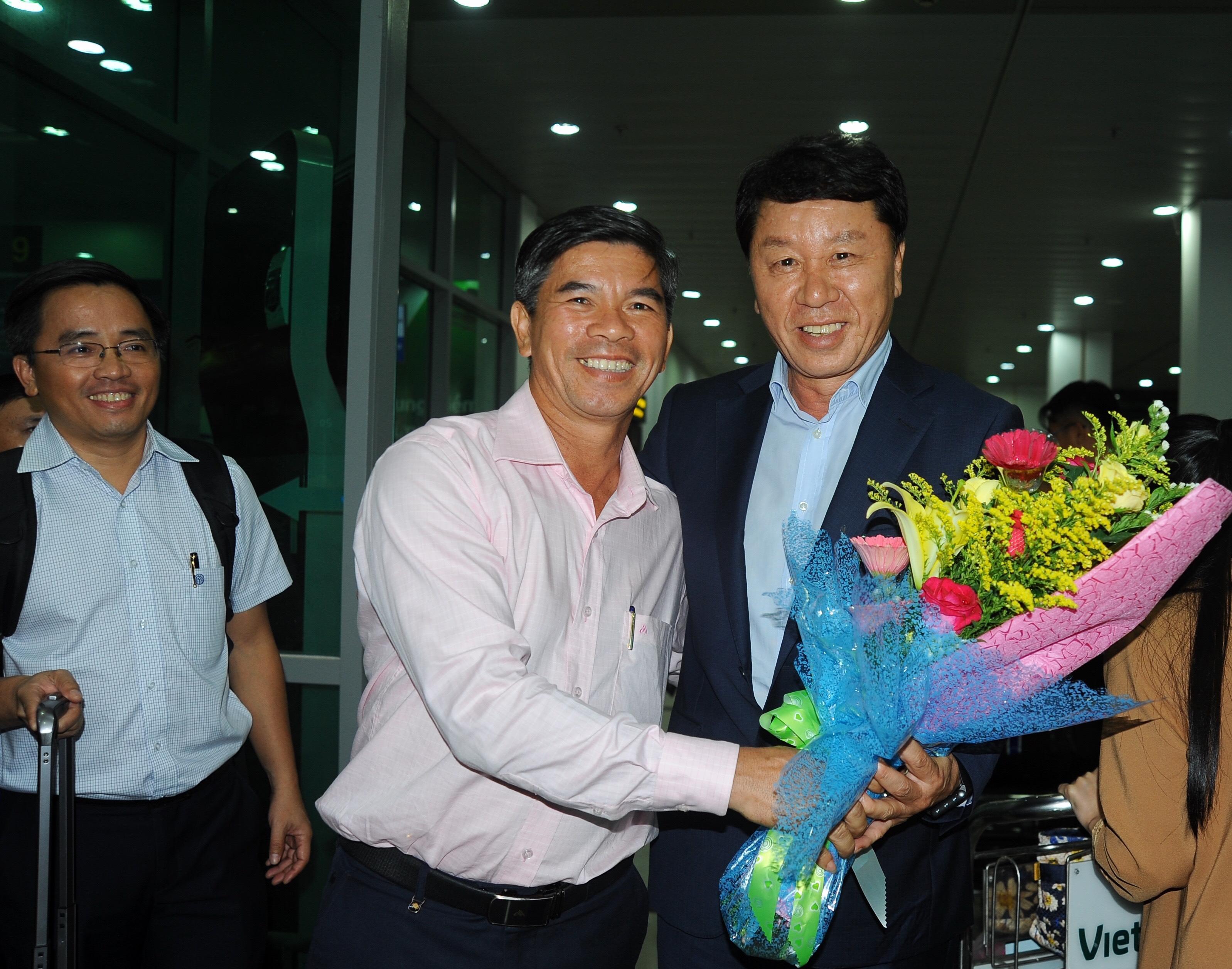 Tân giám đốc kỹ thuật Chung Hae-seong (phải) có mặt tại TP Pleiku tối 18-10. Ảnh: ANH TIẾN