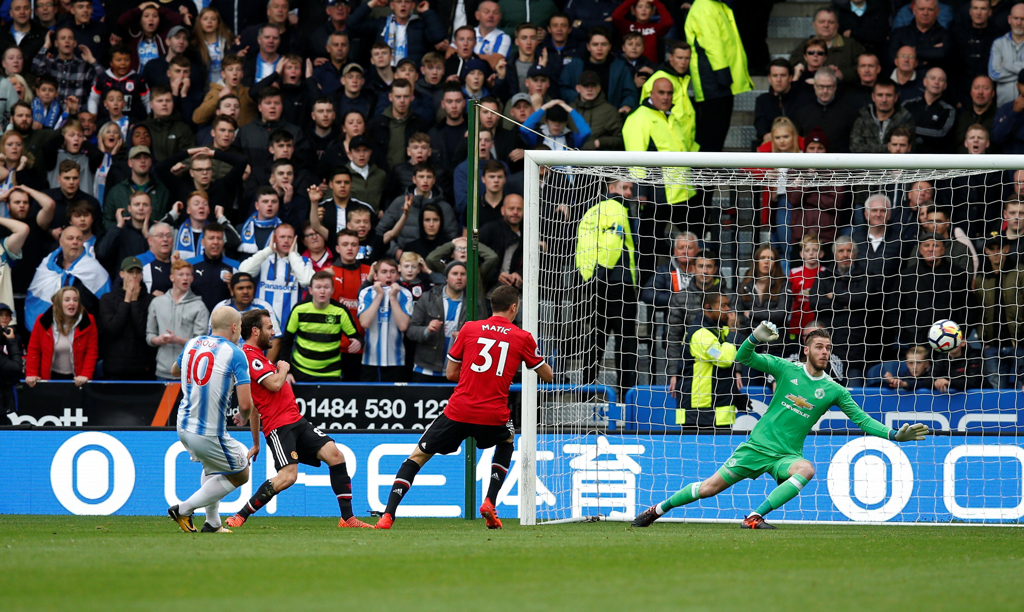 Pha dứt điểm mở tỉ số cho Huddersfield của Mooy. Ảnh: REUTERS