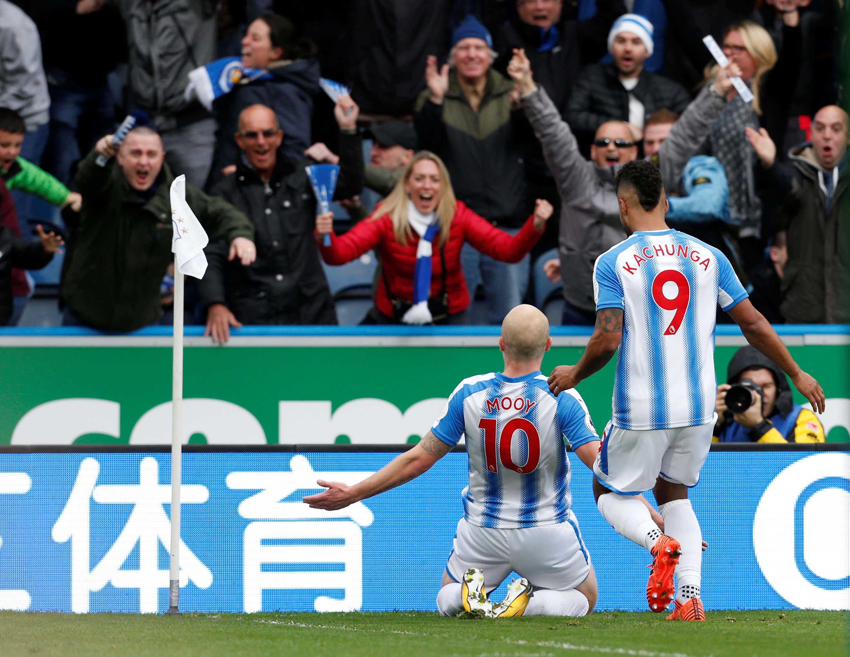 Niềm vui của Mooy (10) sau khi mở tỉ số cho Huddersfield. Ảnh: REUTERS