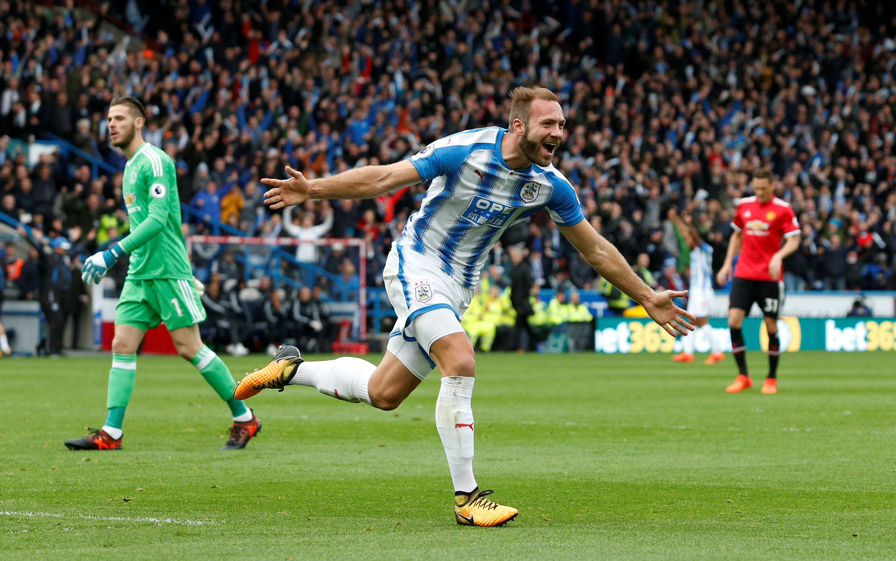 Laurent Depoitre ăn mừng bàn nâng tỉ số lên 2-0 cho Huddersfield. Ảnh: REUTERS