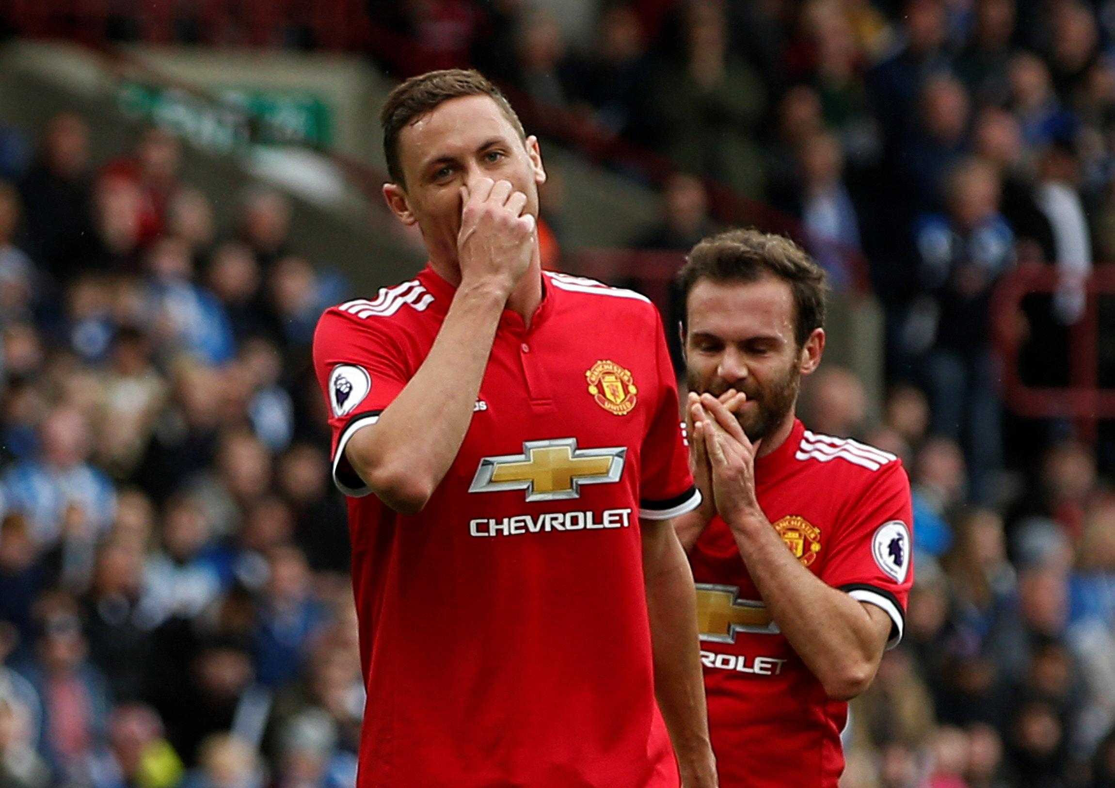 Nỗi thất vọng của các cầu thủ M.U sau khi để Huddersfield ghi liền 2 bàn. Ảnh: REUTERS