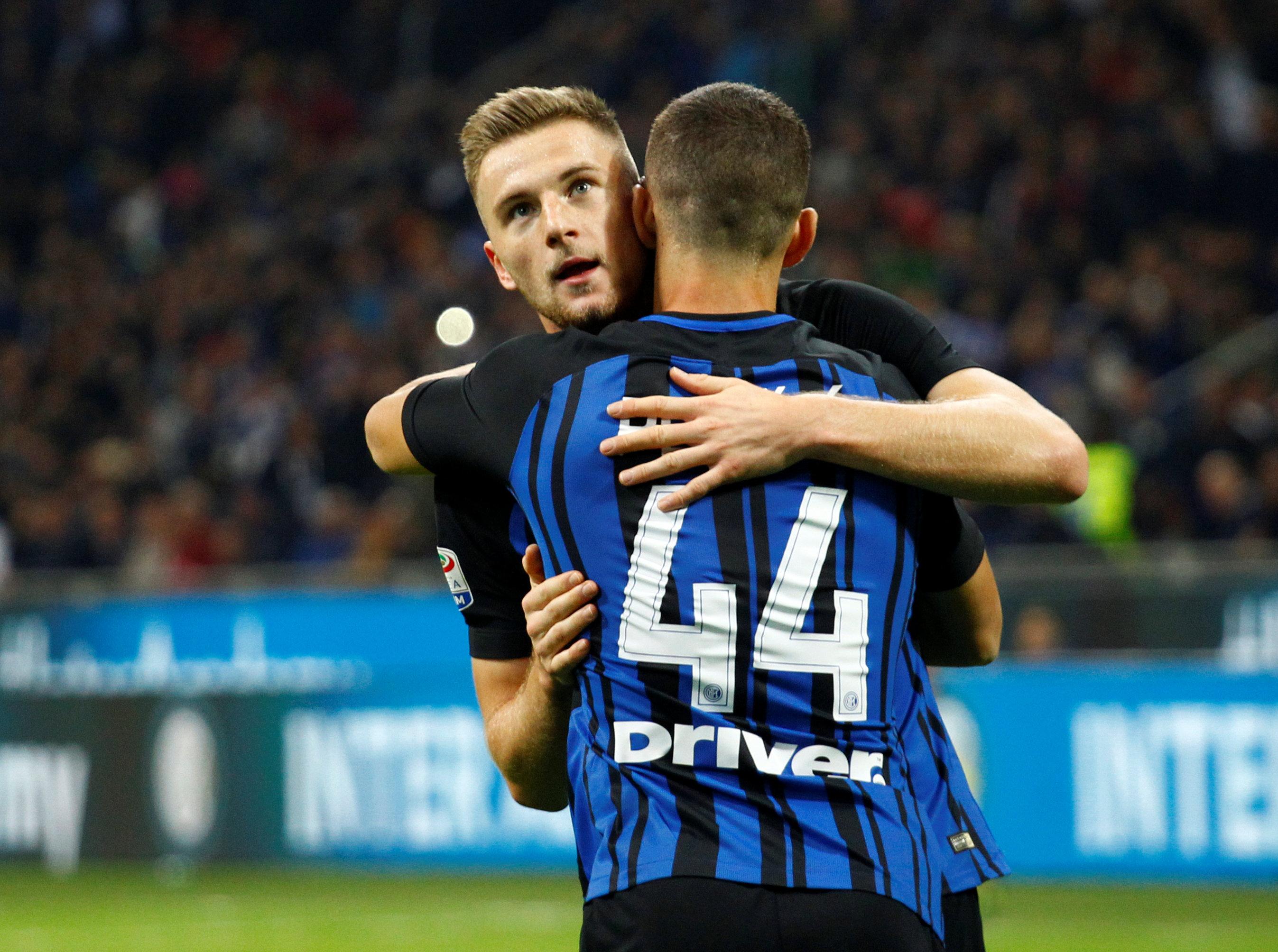 Niềm vui của các cầu thủ Inter sau khi Skriniar mở tỉ số. Ảnh: REUTERS
