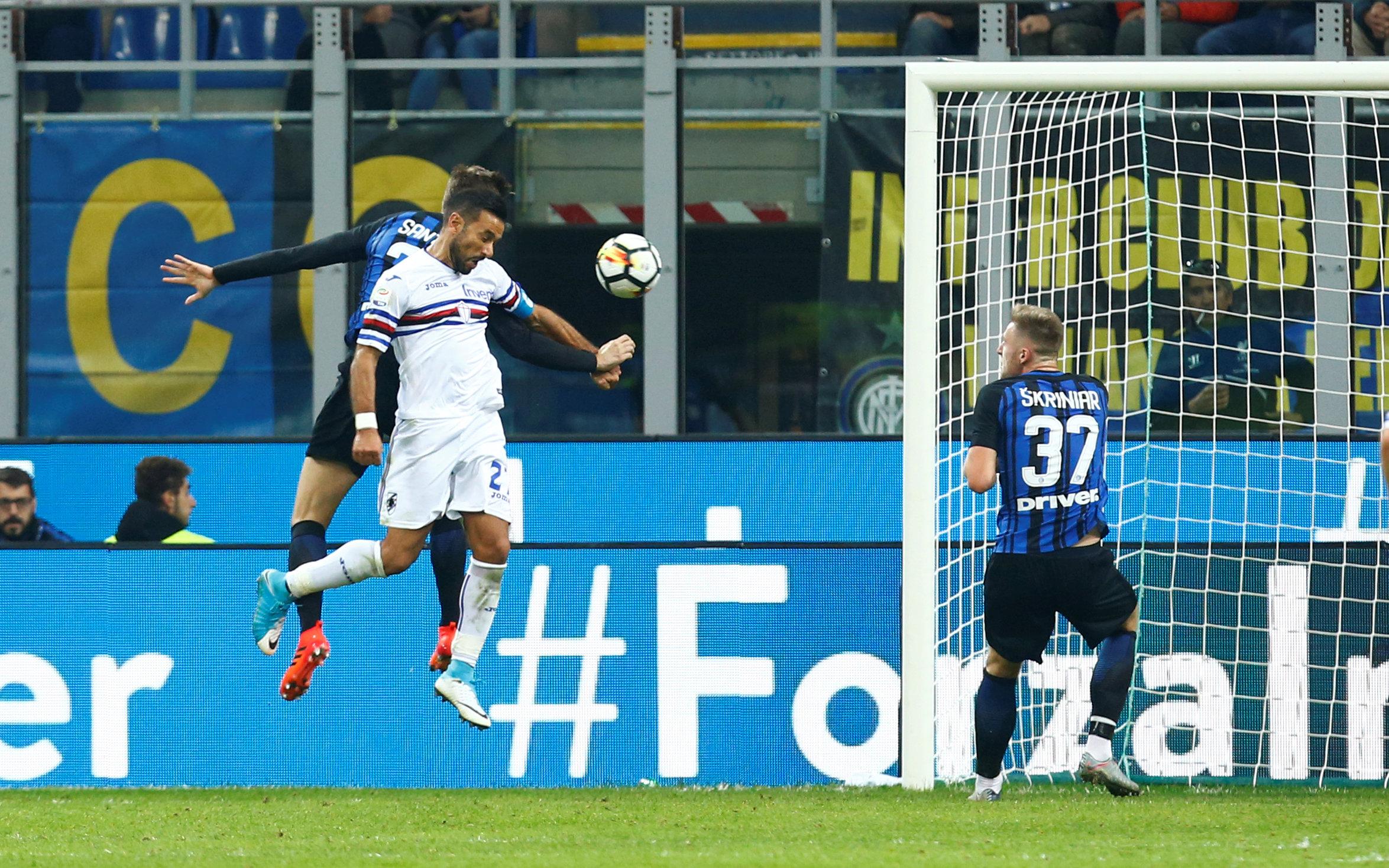 Pha đánh đầu rút ngắn tỉ số xuống 2-3 cho Sampdoria của Quagliarella (trắng). Ảnh: REUTERS