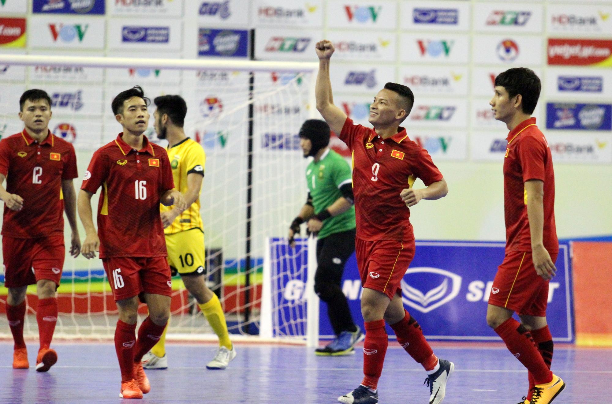 Niềm vui của Thái Huy sau khi ghi bàn cho tuyển futsal VN. Ảnh: HÀ KHÁNH