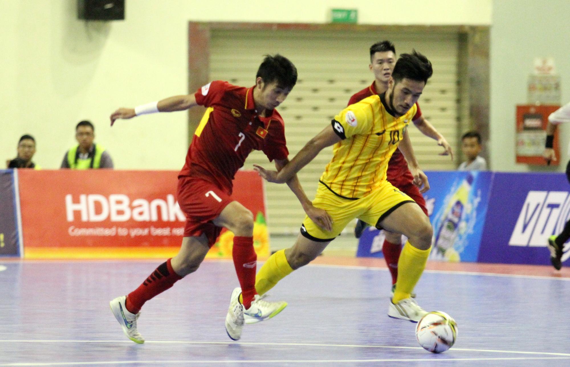 Trọng Luân đi bóng trước sự đeo bám của cầu thủ Brunei. Ảnh: HÀ KHÁNH