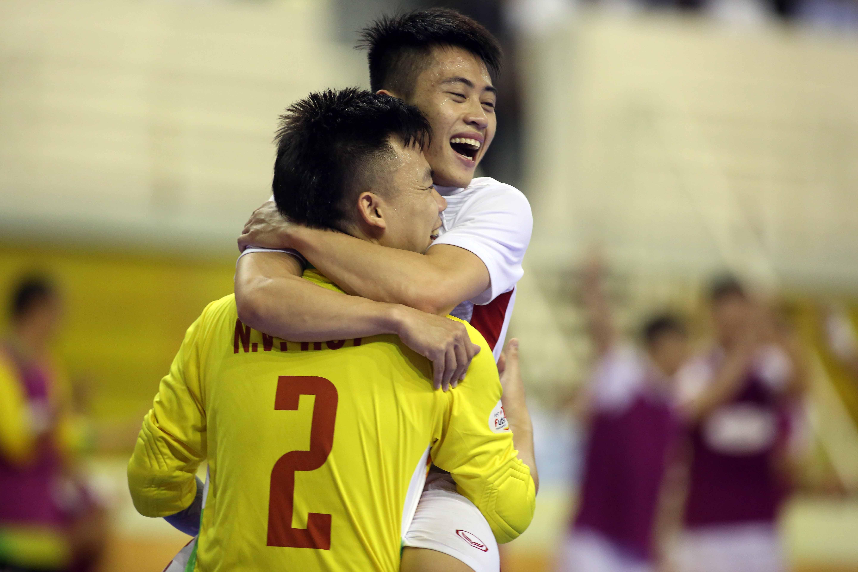 Thủ môn Văn Huy ăn mừng sau khi ghi bàn ấn định chiến thắng 3-0 cho VN. Ảnh: N.K