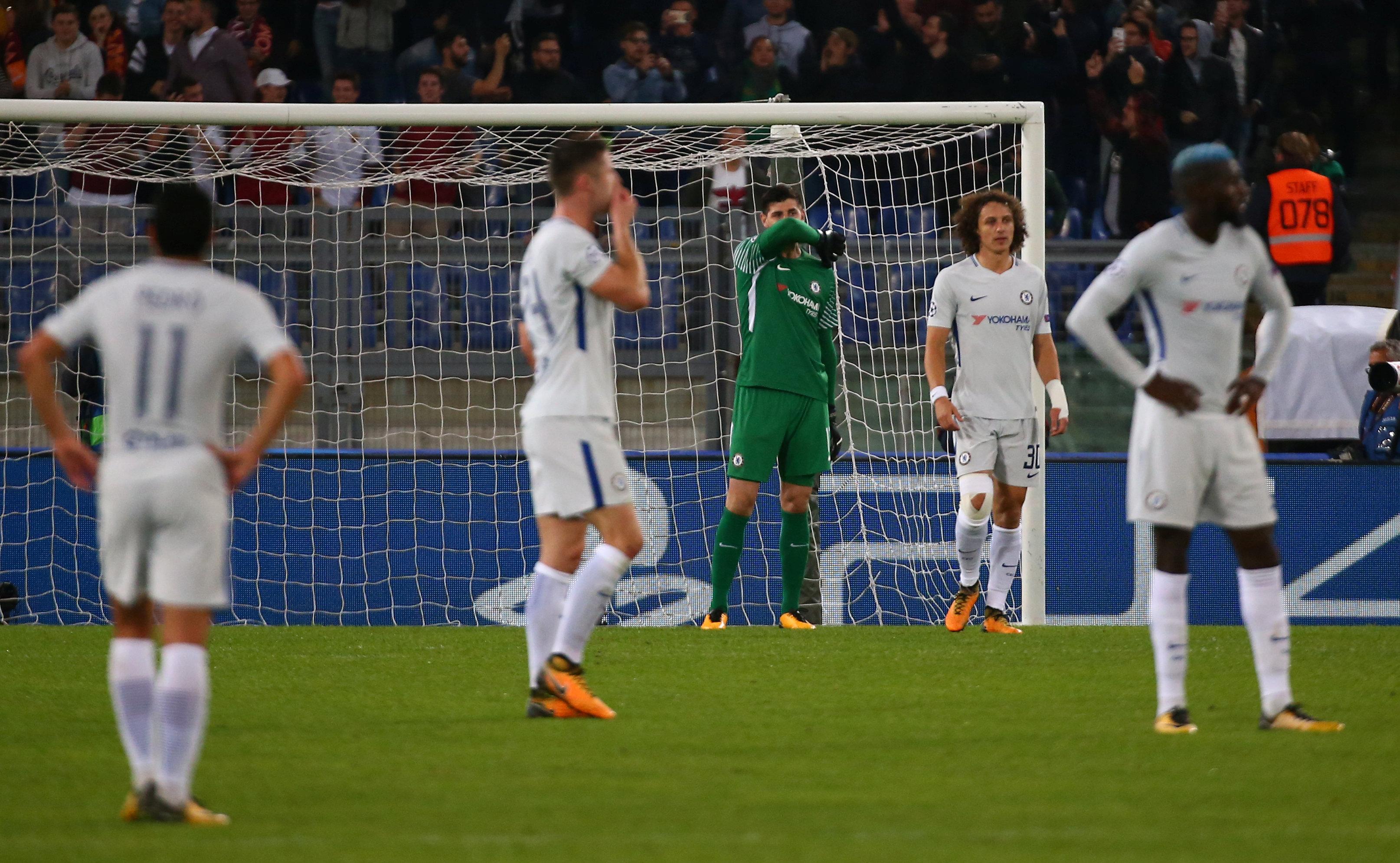 Nỗi thất vọng của các cầu thủ Chelsea sau trận thua Roma. Ảnh: REUTERS