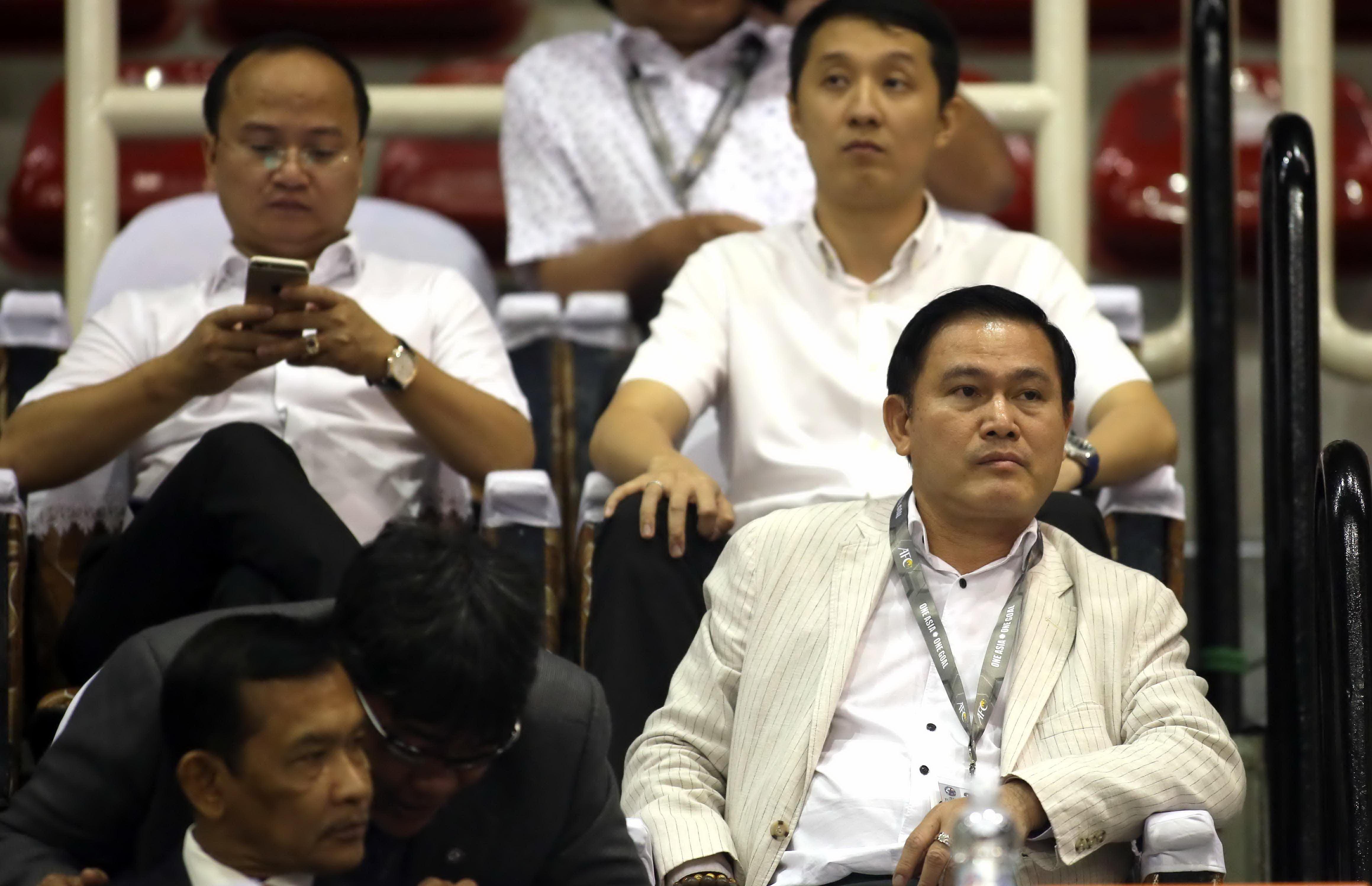 Ông Trần Anh Tú (bìa phải) dự khán Giải futsal Đông Nam Á 2017 Ảnh: N.K