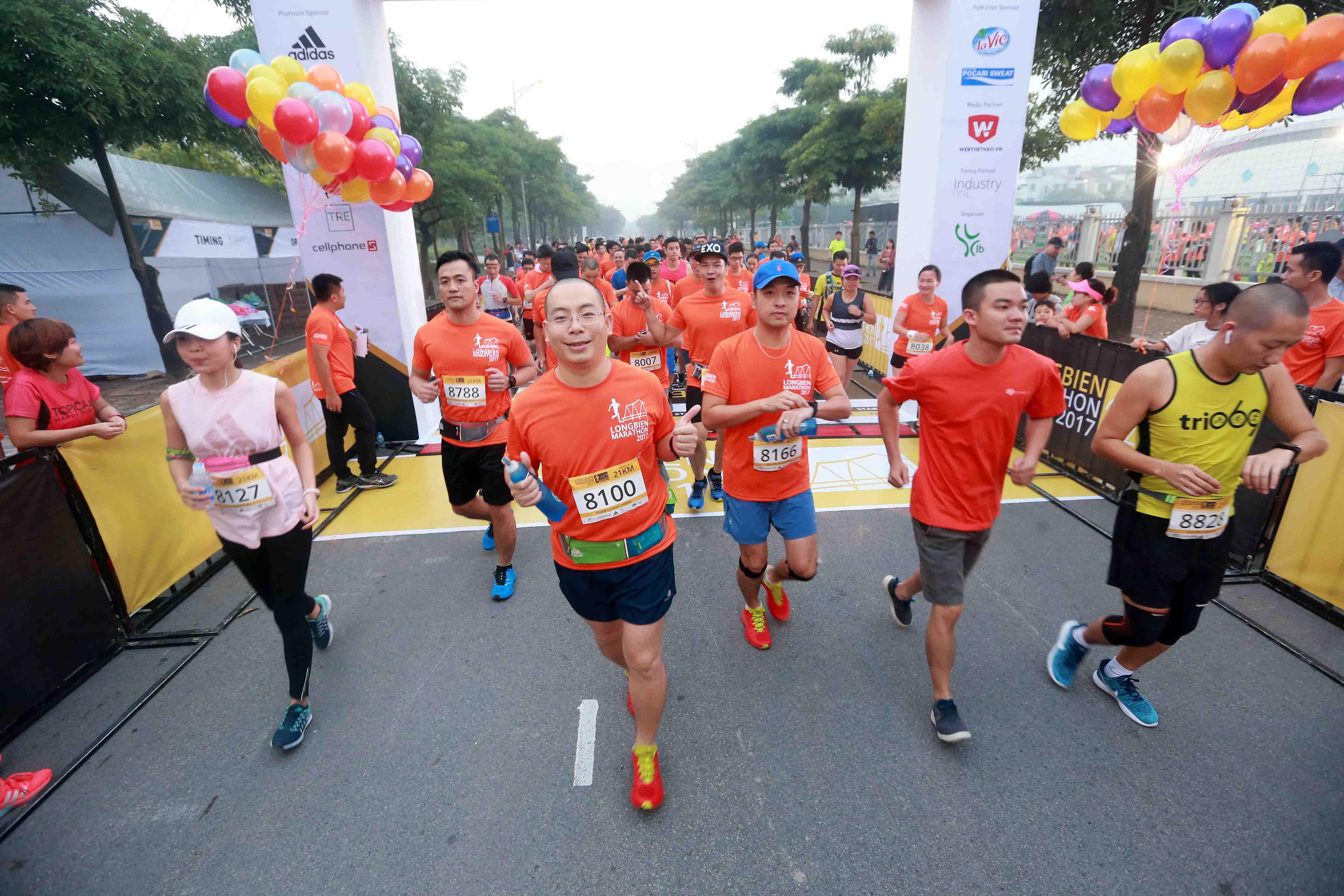 Các VĐV tham dự Giải Long Biên marathon. Ảnh: NAM KHÁNH