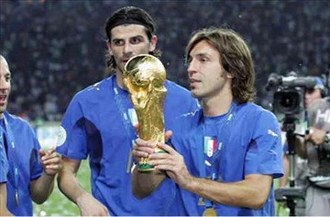 Pirlo và chiếc cúp vàng thế giới trong màu áo tuyển Ý. Ảnh: GETTY IMAGES