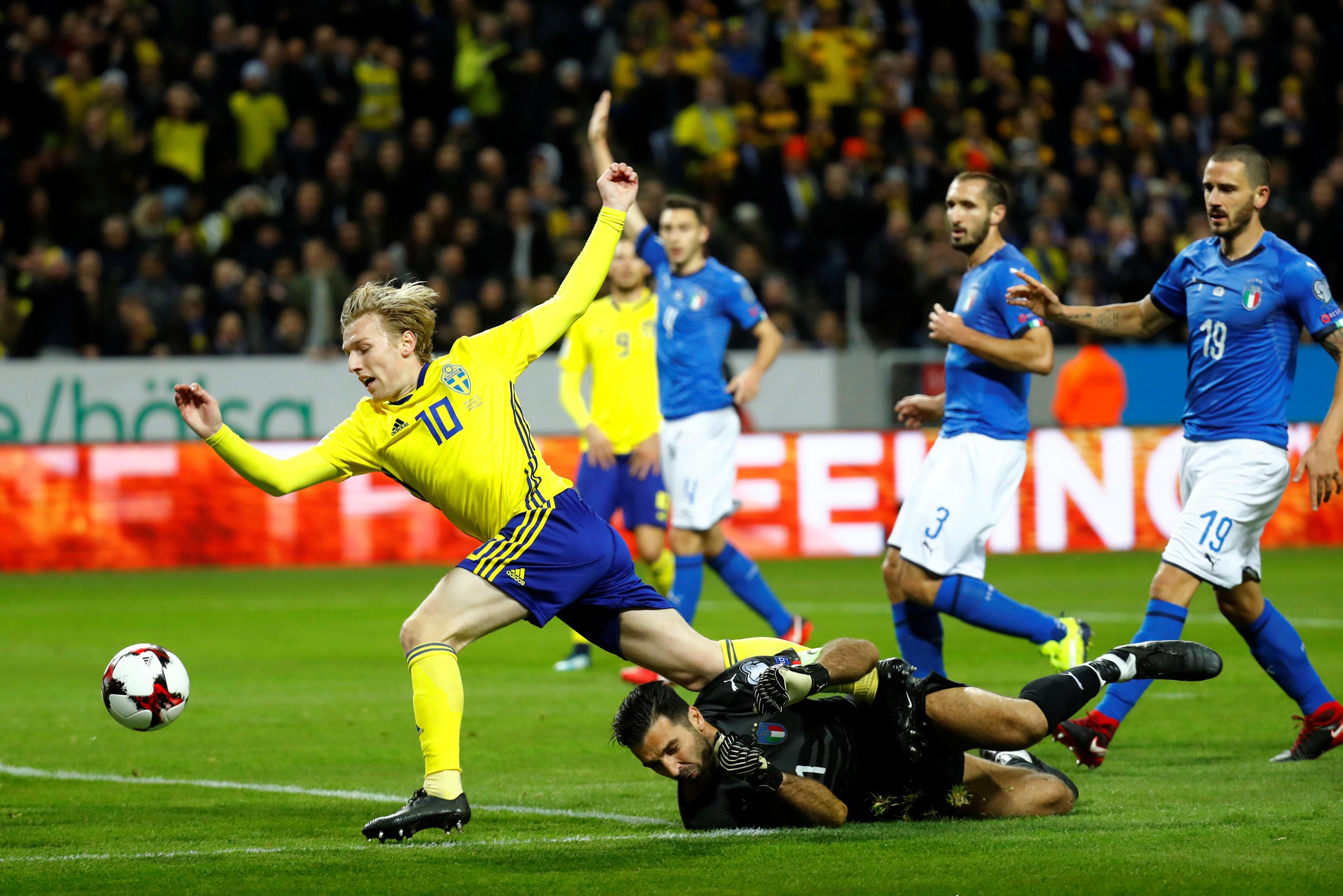 Thủ môn Buffon lao ra cản phá bóng ngay trong chân Forsberg. Ảnh: REUTERS