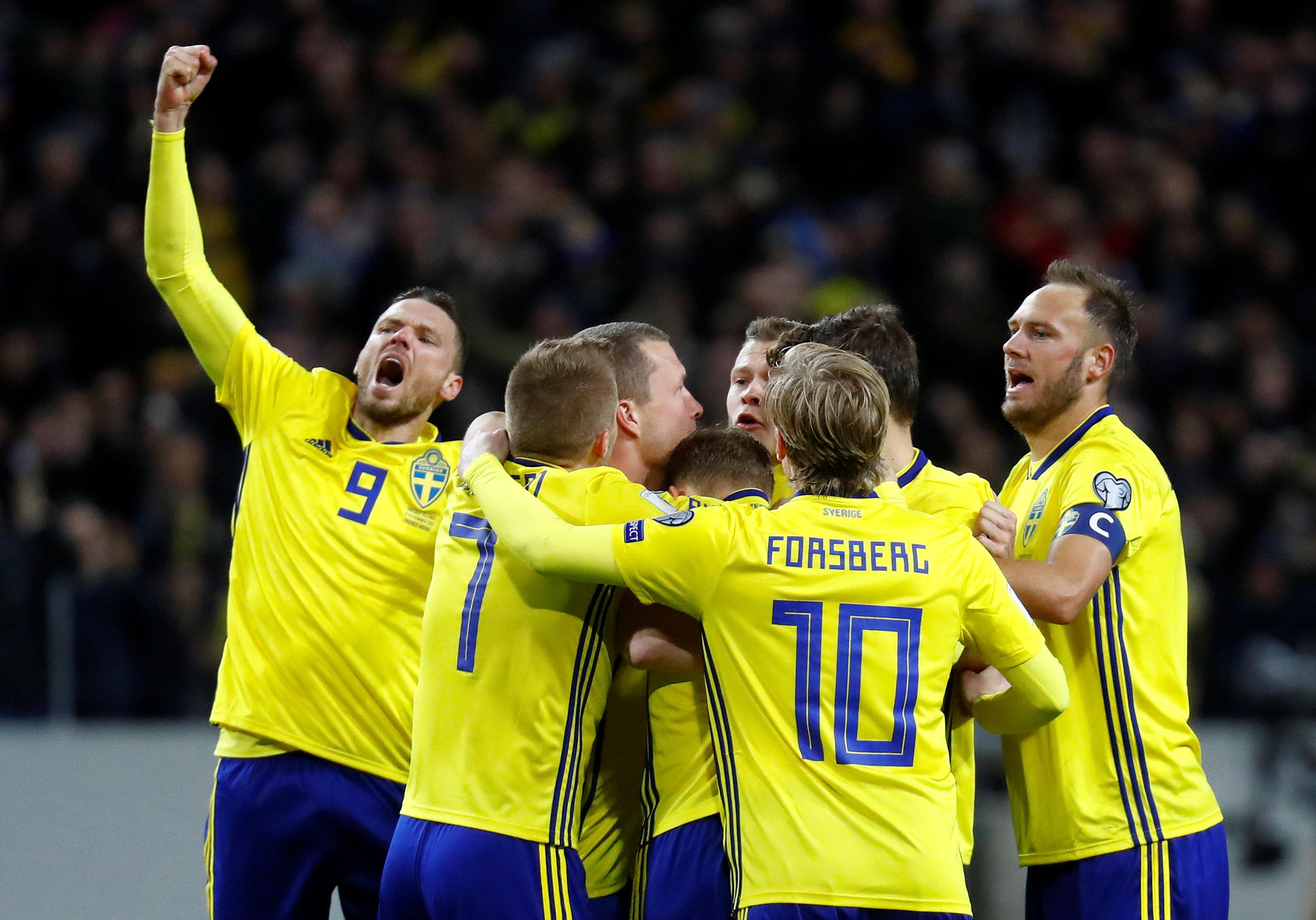 Niềm vui của các cầu thủ Thụy Điển sau khi có bàn mở tỉ số. Ảnh: REUTERS