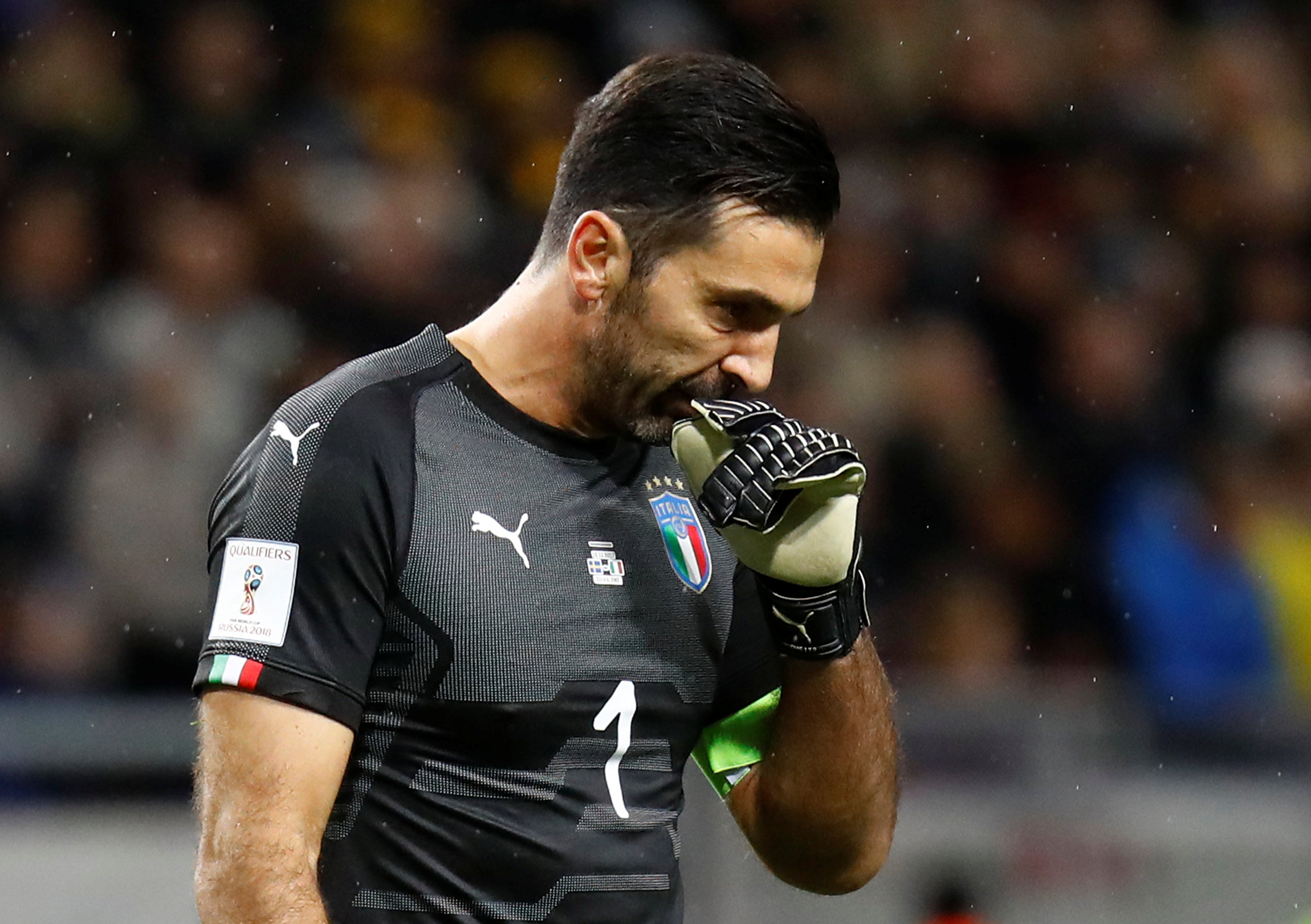Nỗi thất vọng của thủ thành Buffon sau khi tuyển Ý thất bại. Ảnh: REUTERS