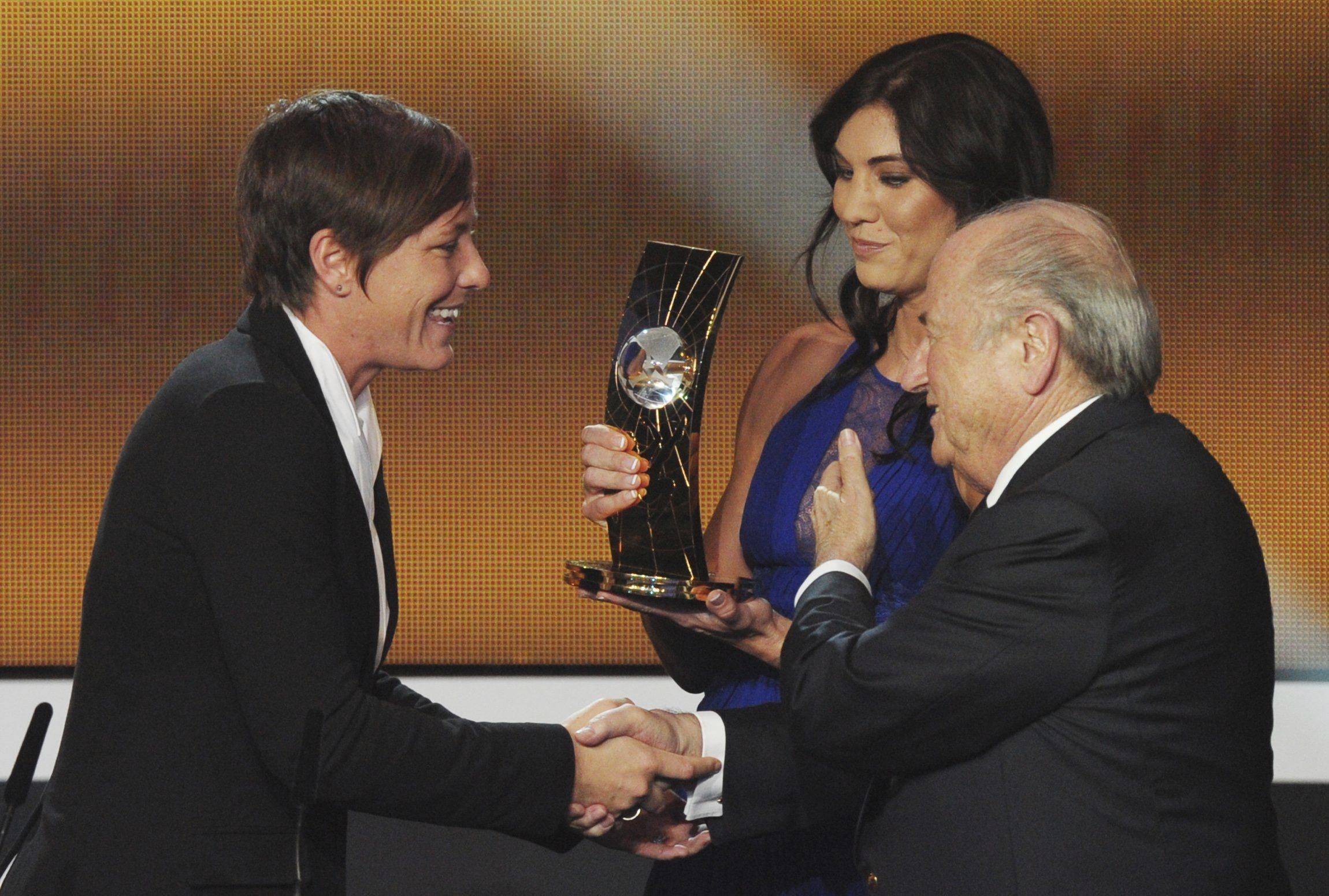 Ông Blatter (phải) đứng cạnh Solo trong buổi lễ trao giải năm 2013. Ảnh: THE SPOKESMAN