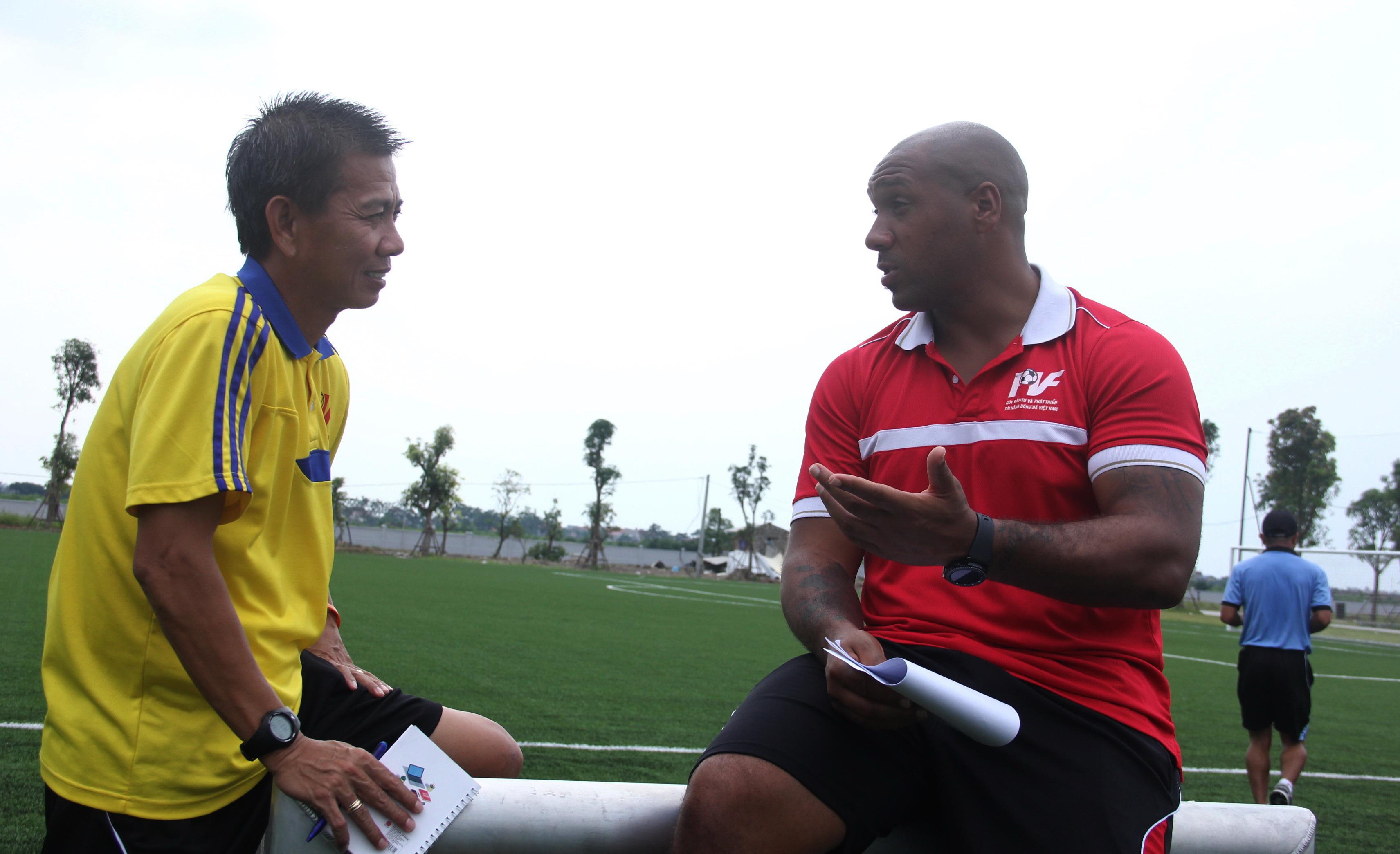 Ông Hoàng Anh Tuấn (trái) trao đổi với Trưởng ban HLV thủ môn của PVF Jason Brown. Ảnh: VĂN CHUNG