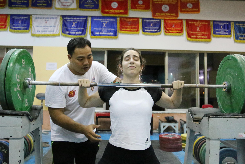Trần Văn Hóa hướng dẫn Lorena tập luyện. Ảnh: H.Đ
