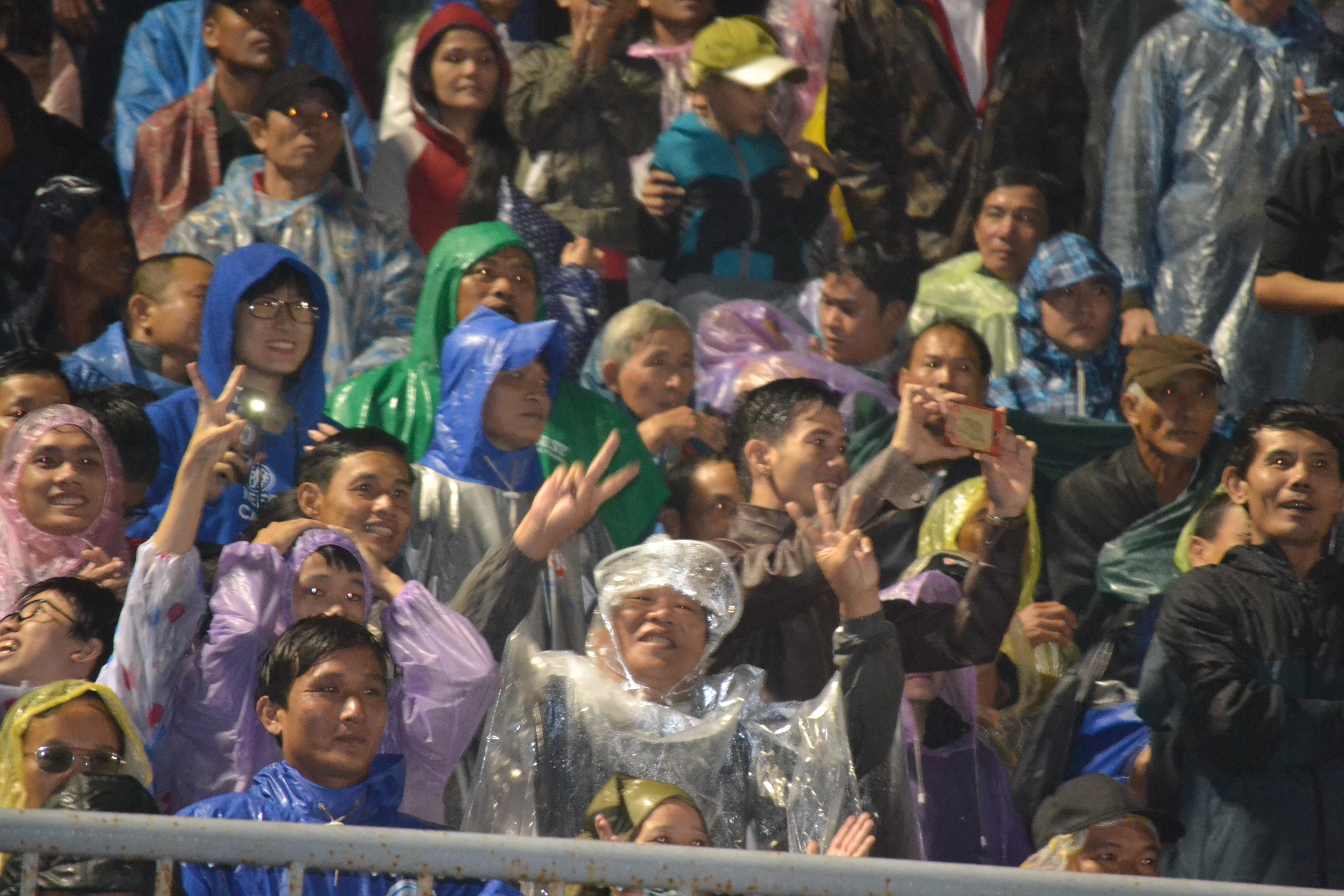 CĐV Quảng Nam đội mưa chia vui cùng đội nhà Ảnh: Lê Trung