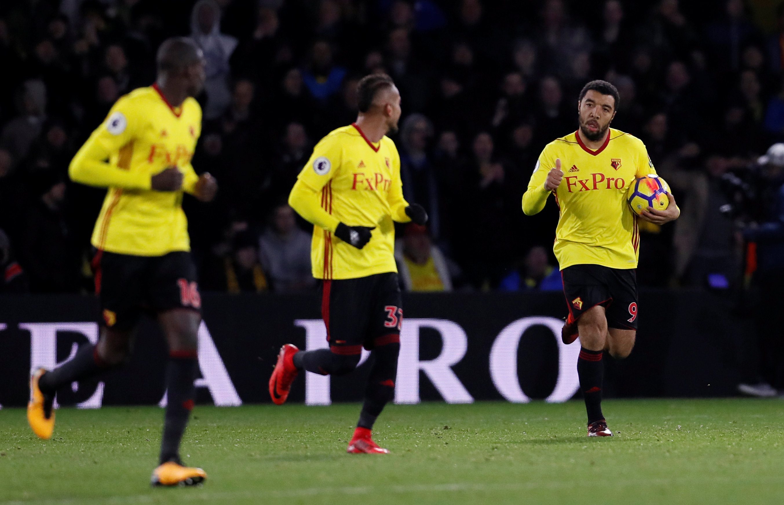 Deeney (phải) - tác giả bàn rút ngắn tỉ số xuống 1-3 cho Watford. Ảnh: REUTERS