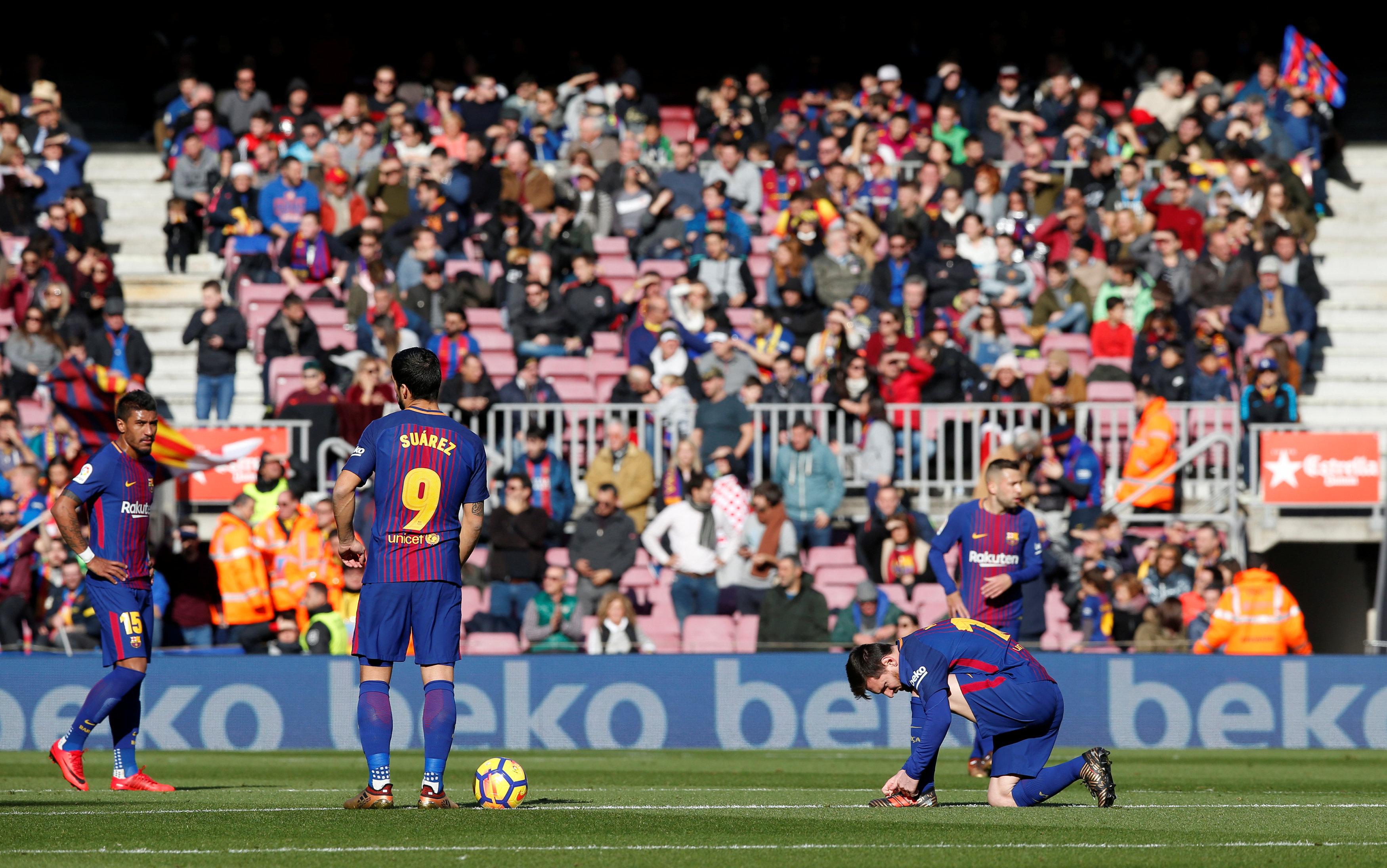 Nỗi thất vọng của các cầu thủ Barca sau khi bị Celta Vigo cầm chân 2-2. Ảnh: REUTERS