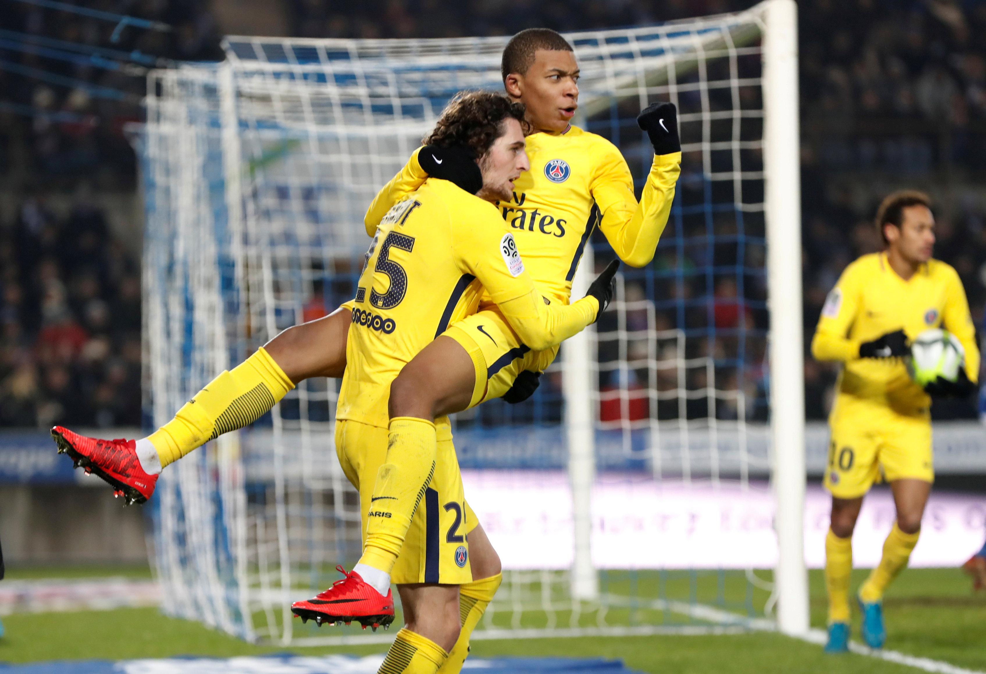 Niềm vui của Mbappe sau khi gỡ hòa 1-1 cho PSG. Ảnh: REUTERS